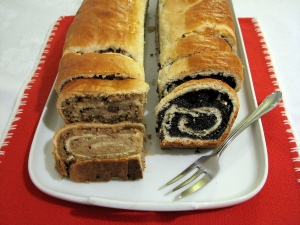 Kolachi or nut rolls. By Hu Totya (Own work) [GFDL or CC BY-SA 4.0-3.0-2.5-2.0-1.0], via Wikimedia Commons
